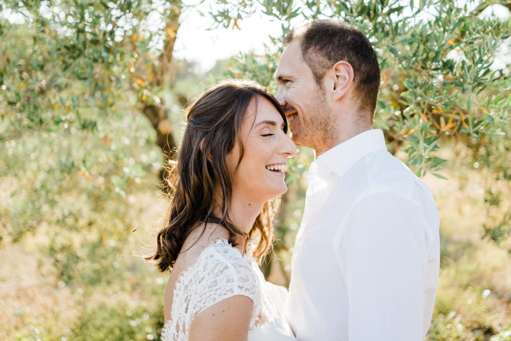 seance-engagement-oliviers-goldenhour-provence-shooting-couple