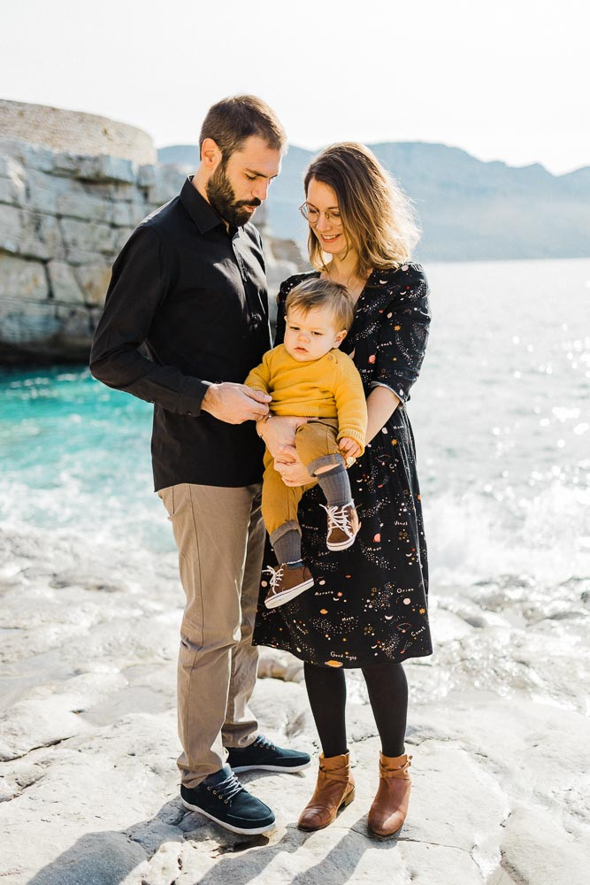 seance-photo-famille-cassis-presquile-calanques-bebe-maman-papa-famillenombreuse